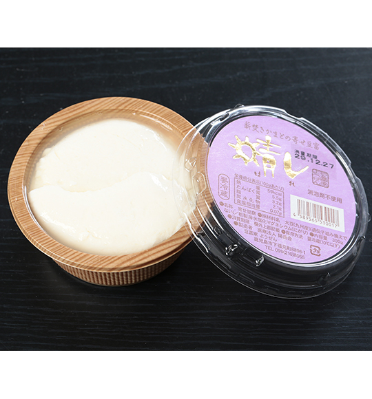 大豆を石臼で挽き、薪火でじっくりと炊き上げた豆乳で製造した寄せ豆富
